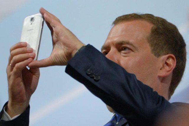 Медведев постановил отменить банковский роуминг
